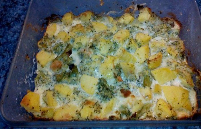 Zapečené brambory s brokolicí a sýrem s vychytanou zapékací omáčkou. Autor: Terezka