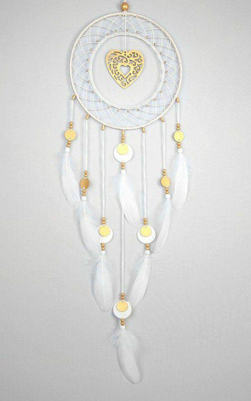 modele de capteur de reve avec un coeur au centre de l'anneau, toile blanche et plumes décoratifs blanches