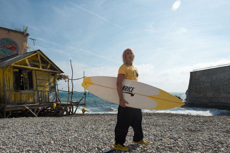 Brice de Nice 3 : Jean Dujardin pose avec son surf sur la 1ère photo ! - News films Sorties Ciné - AlloCiné