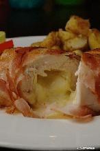 Kipfilet gevuld met brie en omwikkeld met spek. Zo eenvoudig en echt belachelijk lekker! Je vind het recept bij de bron.