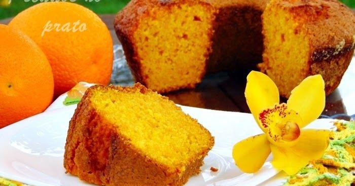 Bolo de laranja com cenoura de liquidificador, tão fácil e tão bom! Um bolo húmido que liberta uma fragrância que envolve toda a casa