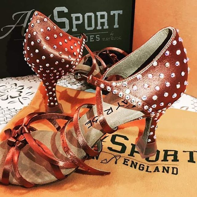 Scarpe con strass 🤗 #dancesportshoes #danceshoes #Swarovski #strass #shoes #latinshoes #instadance #followme #marcoswan #lukryfshion #ballroomshoes