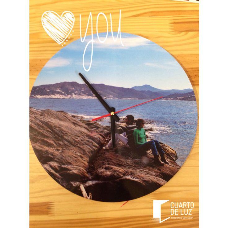 Reloj personalizado con tus fotos. Un regalo muy original! Material: mdf. Tamaño: 35cm de diámetro. Medellín. Envíos Nacionales. Info@cuartodeluz.co