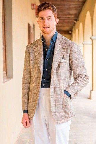 c968ebc01e2 Cómo combinar: blazer de lana a cuadros en beige, camisa de vestir de cambray  azul marino, pantalón de vestir blanco, pañuelo de bolsillo blanco