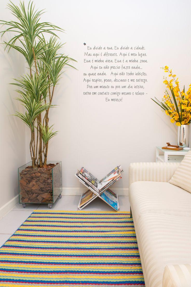 """Sala de espera: Planta com vaso de vidro """"vasado""""; serragens e planta Revisteiro"""