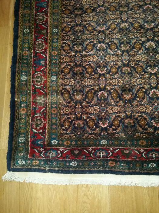 Handgeknoopt - Kurdish 275x180 cm - Iran - 20e eeuw  Zeer dicht geknoopt klein patroon waardoor het tapijt rustig overkomt. Het tapijt bevindt zich in goede staat maar desondanks een paar klein slijtplekjes (foto4) bijna niet waarneembaar. maten 275 bij 180 cm. I.v.m. een erfstuk is er geen certificaat meer gevonden. De kleuren zijn warmdonker. De foto's spreken voor zich en zijn realistisch. Foto 5 en 6 is de achterkant van het tapijt. Dit tapijt is af te halen in Voorburg of in overleg…