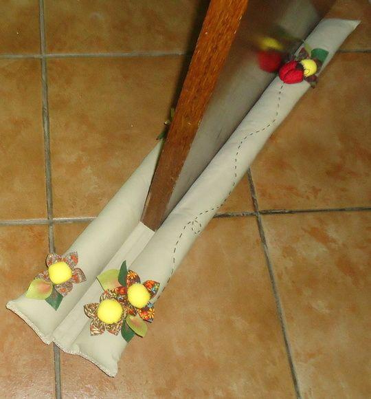 Protetor de porta, mais conhecido como barra vento. É composto de rolinho interno e externo, num formato de cobrinha, que impede a passagem de vento e evita a entrada indesejável de insetos, roedores e poeira em sua casa.  Confeccionado em tricoline 100% algodão, com enchimento de fibra siliconizada.  Acabamento com flores de fuxico, joaninha em tecido, pesponto e caseado nas laterais.  Na parte do tecido que fica em contato com a parte inferior da porta e chão, foi colocado manta acrílica…