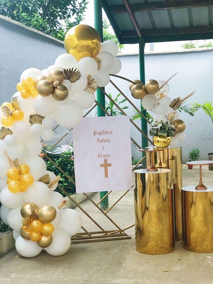#christeningdecor #baptism #balloongarland #backdrop #goldandwhite #abidjan #backdrop #balloons #goldballoons #whiteballoons #christening #eventdecor #ceremonydecor #eventstylist #gold #dmveventstylist #weddingabidjan #abidjandecor #party #partydecor #golddecor #birthday #bridalshower #event #balloon #wedding