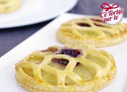Gustosissima #ricetta facile e veloce: Sfogliatine con ananas, crema e marmellata.  Scopri la ricetta...