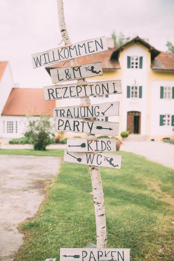 #wegweiser #schild Rustikale Hochzeit auf Gut Sedlbrunn | Hochzeitsblog - The Little Wedding Corner