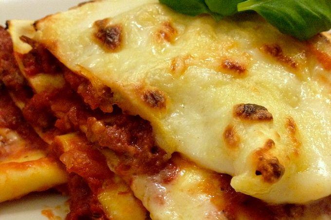 In dit recept laten wij zien hoe je zelf een heerlijke lasagne met tomatensaus kunt maken. Het is niet moeilijk maar je hebt er wel meer tijd voor nodig.