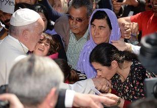 Il Papa ai profughi ha detto 'non siete soli' e li ha esortati a'non perdere la speranza'. Bergoglio, conungesto di accoglienza nei confronti dei rifugiati, ha portato aRoma con il suo stesso aereo tre famiglie provenienti dallaSiria, 12 persone in tutto
