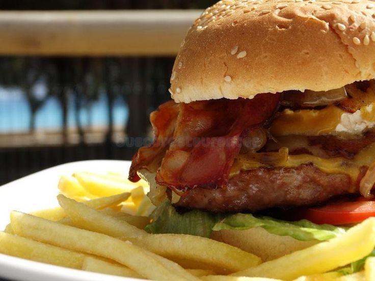Tienes hambre? atrevete con nuestra hamburguesa EL TRÉBOL con 200gr de ternera , queso de cabra, jamón serrano, bacon y una riquísima salsa de miel con mostaza, irresistiblemente irresistible.