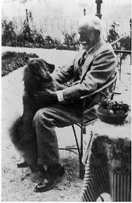 "Sigmund Freud and his dog ""Lun"", in Vienna, 1937."