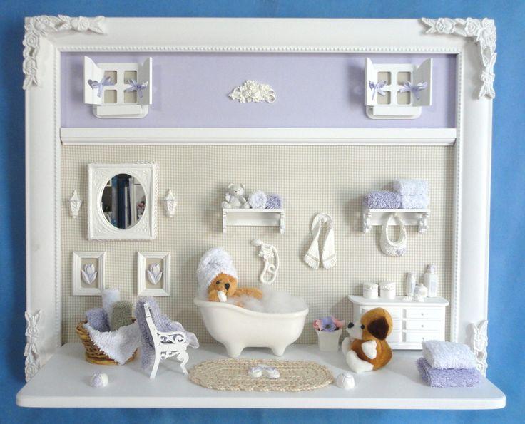 Quadro com ambiente do banho do bebê para menina ou menino.  Para porta de maternidade e decoração do quarto do bebê.  Fundo revestido em tecido da sua escolha.  Miniaturas em resina, recortadas a laser, espelho, banheiro em porcelana decorada a mão.  PRODUTO ARTESANAL SUJEITO À ALTERAÇÕES