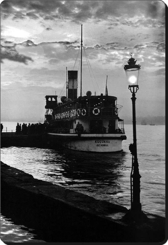 """Ara Güler. """"Küçüksu"""" vapuru Beylerbeyi iskelesinde 1960"""