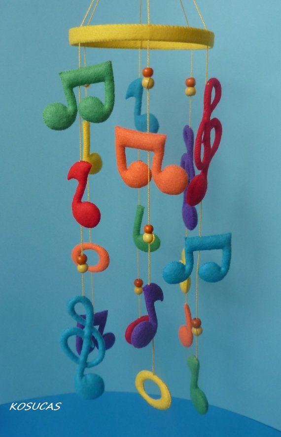 Fieltro móvil multicolor con notas musicales.