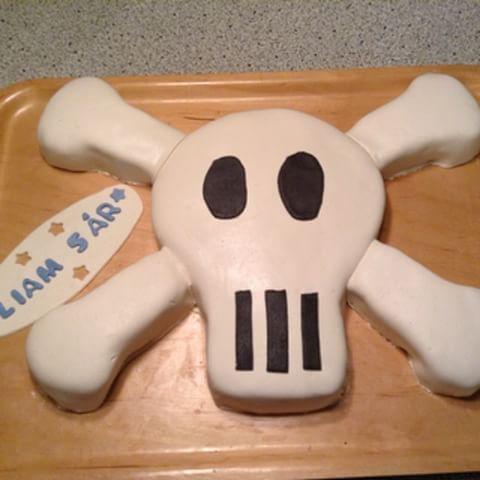 Slutresultatet av dagens sjörövartårta. Uppskattad av barnen blev den! #döskalle #tårta #barnkalas #sjörövare #jollyroger #sjörövarkalas #marsipan #barntårta #döskalletårta