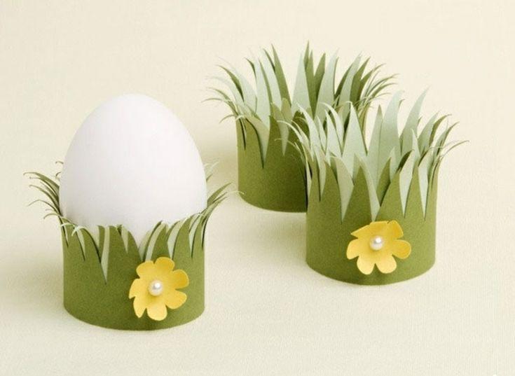 Eierbecher aus grünem Tonpapier mit gelben Blümchen
