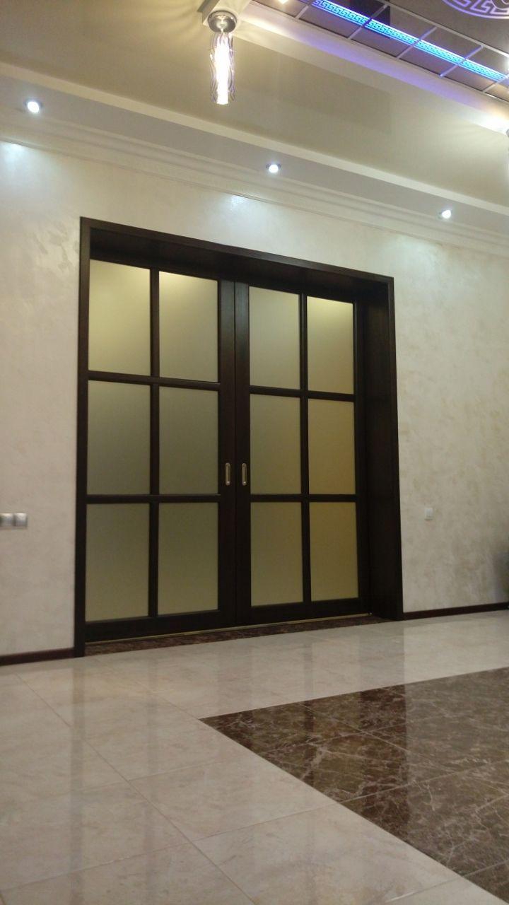 Раздвижная дверь. Массив сосны, простое матовое стекло.