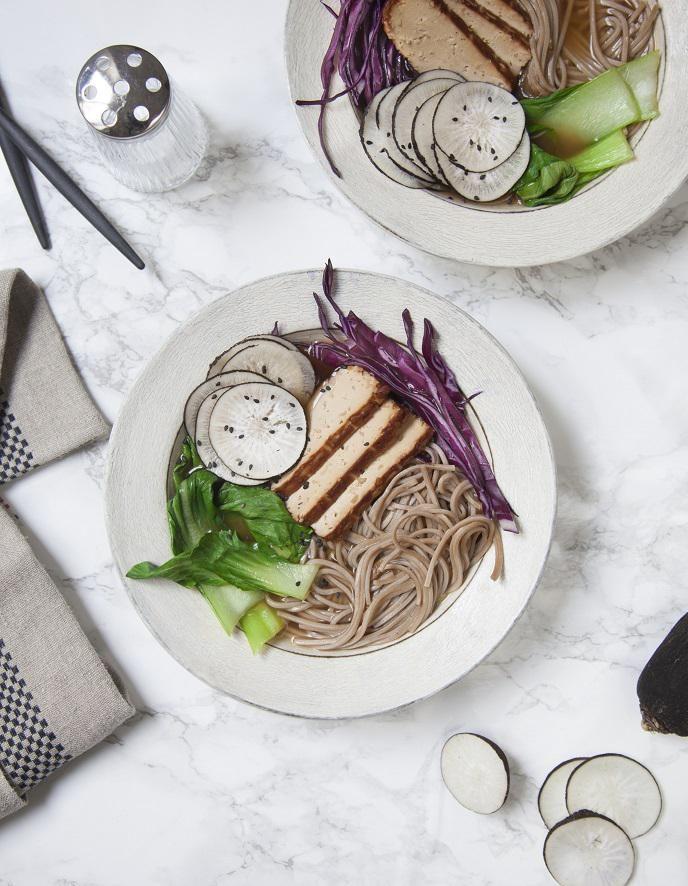 Hot ramen, radis noir, tofu, chou pour 4 personnes - Recettes Elle à Table