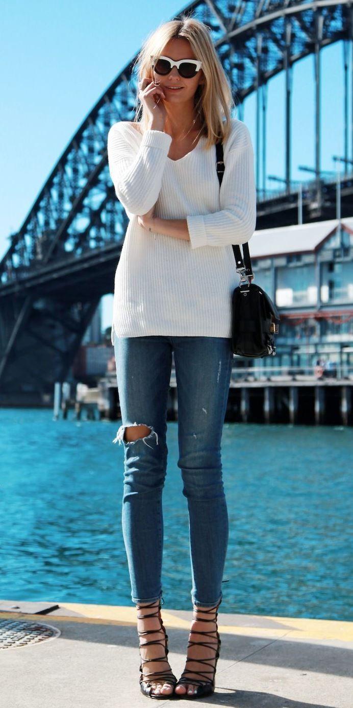 So stylen Sie ein Paar zerrissene Jeans mit weißem Top plus Tasche und Absatz