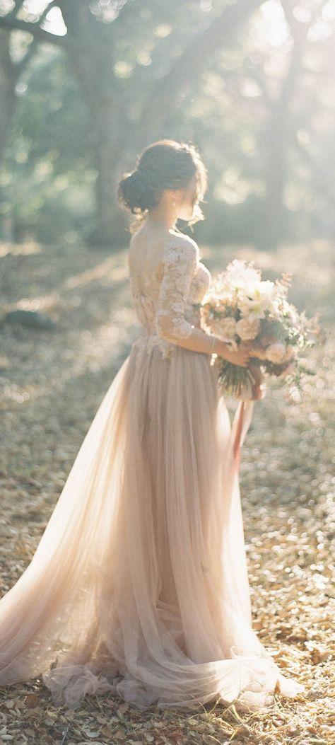Sie strahlt mit der Sonne um die Wette..Wir lieben das cremefarbene Kleid der Braut mit Tüll-Rock und Spitzenoberteil!