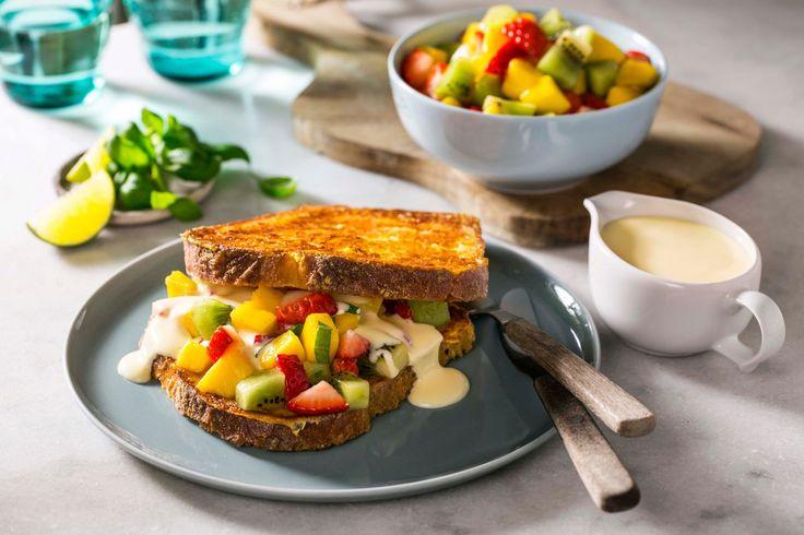 Frisk opp frokostfavoritten arme riddere med vaniljesaus og en deilig fruktsalat av mango, jordbær og basilikum. Det er lov å unne seg litt ekstra vaniljesaus ved siden av.