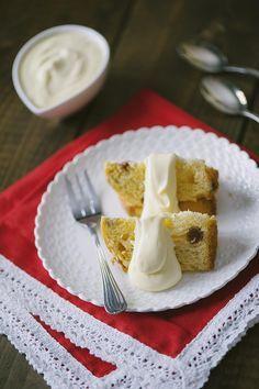 La crema al mascarpone di veloce preparazione e senza cottura, che arricchisce pandoro e panettone ma è anche un dessert al cucchiaio se servita da sola.