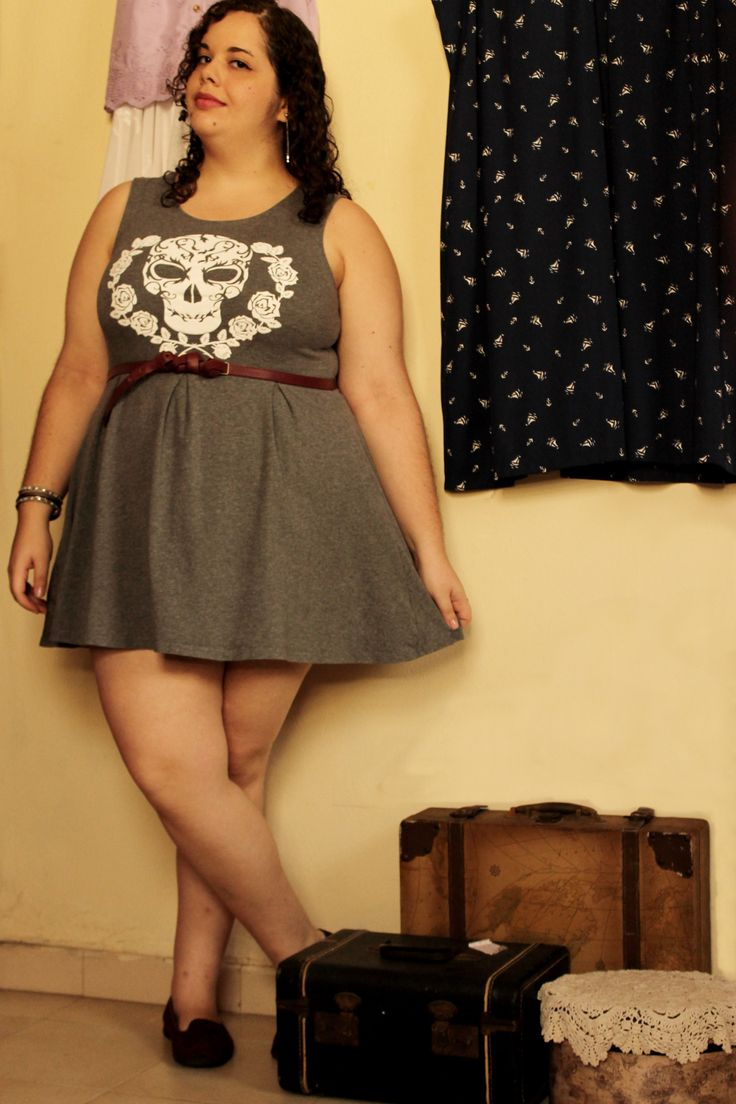 США размер 16. Конструкция черепа и юбка в складку сделать это идеальный серое платье, фигу, как коротка она.  Платье и серьги: H & M Браслеты: Forever 21 Пояс: Electroshock Обувь: Bongo