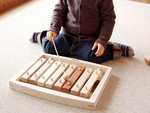 [OAK VILLAGE オークヴィレッジ]森の合唱団 オークヴィレッジの国産木材を使用した、樹種の違う音盤をドレミの音階に並べた不思議な木琴です。グッド・トイ2009認定の木のおもちゃです。