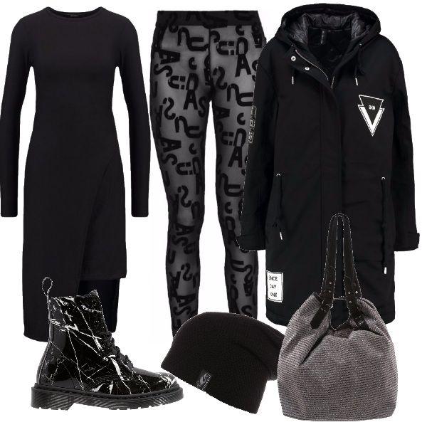 Outfit total black ma pieno di dettagli: dai leggings stampati con lettere all'abito dalle diverse lunghezze, dagli scarponcini effetto schizzato alla borsa in tessuto, il tutto accompagnato dal parka con stampe e toppe a contrasto.