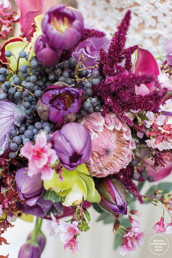 Bouquet para noiva boho em tons rosa, roxo, violeta e vinho - com flores como tulipas, orquídeas, callas, flores de cerejeira, protea, orquídeas e repolho ( Bouquet: Taís Puntel | Vestido: Wanda Borges | Foto: Roberto Tamer )