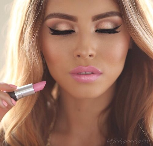 Golden bronze summer makeup with pink lips