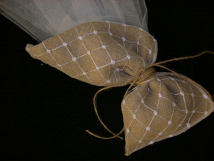 Μπομπονιέρα γάμου από λινάτσα και τούλι δεμένη με κορδόνι....Μία ιδιαίτερη επιλογή ειδικά για γάμους που θα πραγματοποιηθούν σε παραθαλάσσια μέρη ή το καλοκαίρι!!!!