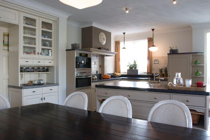 Ruime huiselijke keuken met opmaatgemaakte scheidingswand