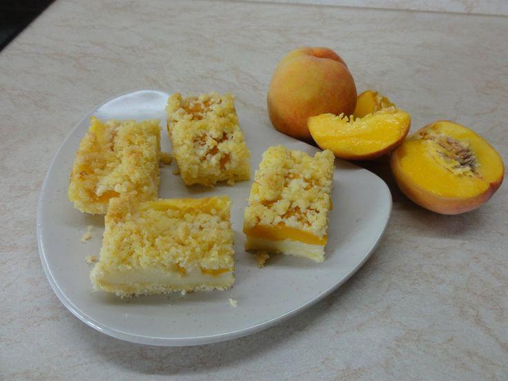 Drobenkový koláč s ovocem a pudinkem