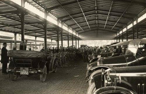 Veemarkt    In 1922 wordt op het Veemarktterrein in Rotterdam de E.N.A.U.M.O.R., de Eerste Nederlandsche Automarkt Onderneming Rotterdam georganiseerd. Er worden ook een grote partij fietsen ter veiling aangeboden en op de kijkdag is er grote publieke belangstelling.