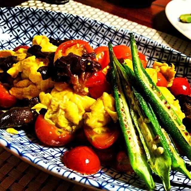 プチトマトが収穫に次ぐ収穫で、そのま食べるのに飽きた我が家(爆笑) 卵と中華風に炒めてみました。 美味しかった〜‼  プライスレス。(笑) - 105件のもぐもぐ - 我が家産プチトマトと卵の炒め 西紅柿炒蛋/蕃茄炒蛋 Pan-fried egg and mini tomatoes from my garden! by makooo