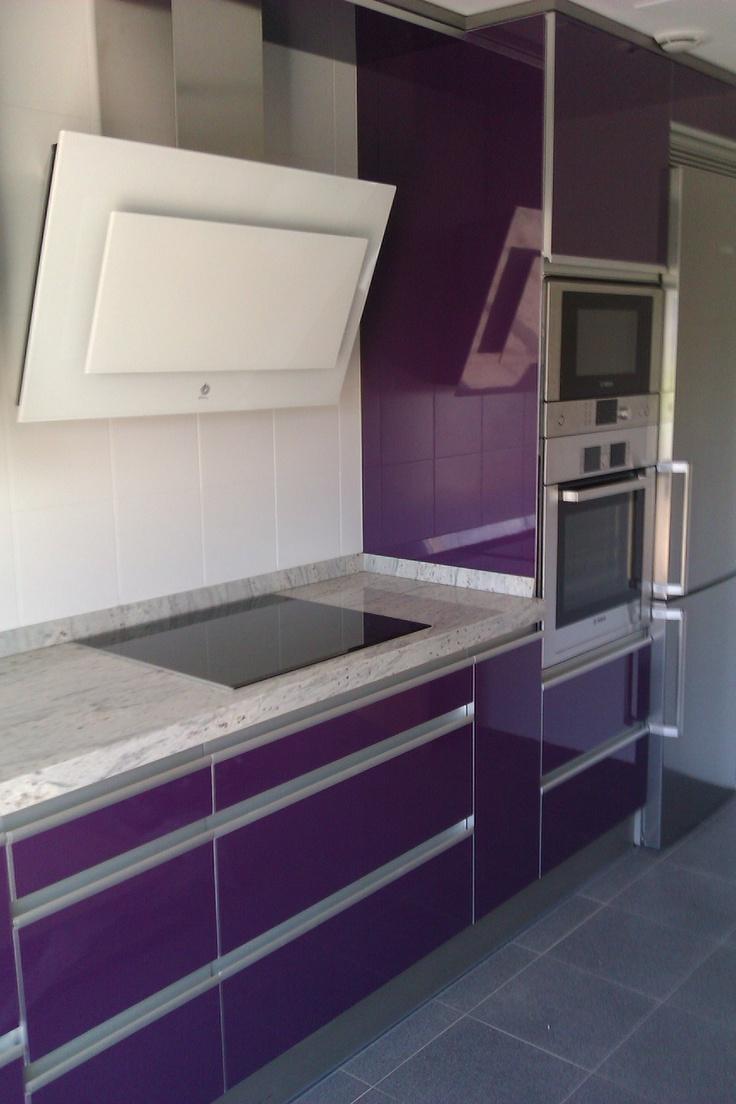 Mobiliario urbano el color usado para impactar arplus berenjena tivoli mate cocinas p rez - Mobiliario de cocinas ...