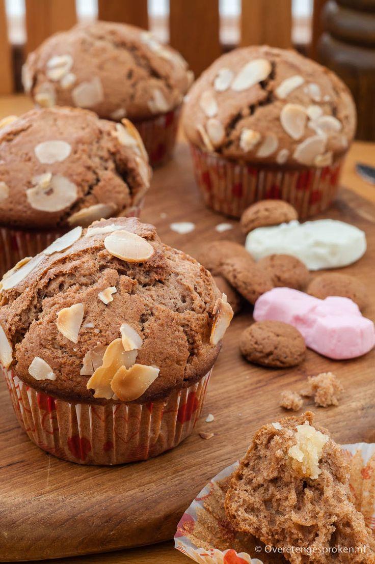 Speculaasmuffins gevuld met amandelspijs - Muffins geïnspireerd op gevuld speculaas, ook lekker zonder amandelspijs. Makkelijk en snel te maken.