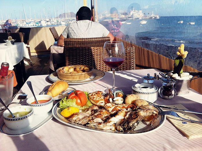 Herkkuateria Corralejossa, Fuerteventuralla. Nauti merenrantaravintolassa grillattua kalaa, mustekalaa, simpukoita ja katkarapuja. Kaveriksi sopii pari lasia jääkylmää roseeta. Lue lisää tunnelmia saarelta Kaikki mitä rakastin-blogista. #Fuerteventura #Corralejo #aurinkoblogi