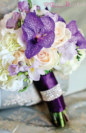 Bouquet de mariee roses blanches, orchidees vanda violettes et freesia mauve lilas, decoration de mariage