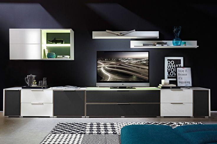 Przemyślane rozwiązania pozwolą tak zorganizować elektronikę, by wnętrze zachowało swoją funkcjonalność, nie tracąc przy tym na walorach wizualnych. #meble #furniture #rtv #design #obrazy #livingroom #salon