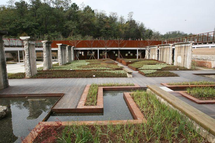 옛 신월 정수장이 친환경 공원으로 태어난 서서울 호수공원! 수직 수평의 선이 조화된 몬드리안 정원의 모습입니다.