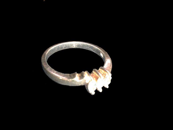 Delgado anillo de plata con tres brillantes piedras ovaladas