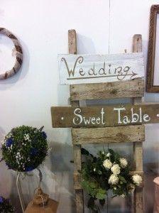 Shabby Chic Wedding, insegne in legno dipinte a mano e dettagli naturali!