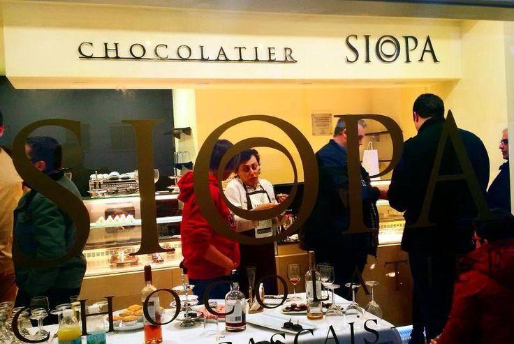 Vamos pôr de parte a dieta para provarmos as delícias do novo espaço Siopa Chocolatier, no Mercado da Vila em Cascais.