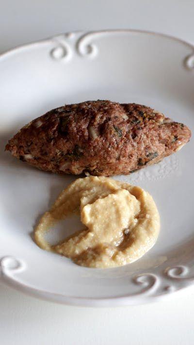 Receita com instruções em vídeo: Um kibe assado feito em casa tem um sabor incrível e é super fácil! Ingredientes: 250 g de farinha de trigo para kibe, 1 kg de patinho moído, 2 cebolas médias, 1 ½ xícara de hortelã, 1 xícara de manjericão, 3 colheres de sopa de azeite de oliva, Sal