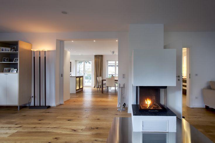 im erdgeschoss ist eine große offene wohnwelt mit küche, ess- und, Wohnzimmer